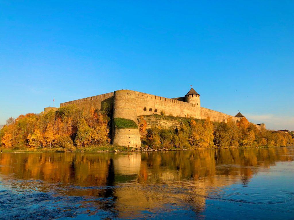 narva linnus venemaa piir ilus vaade venemaa poole