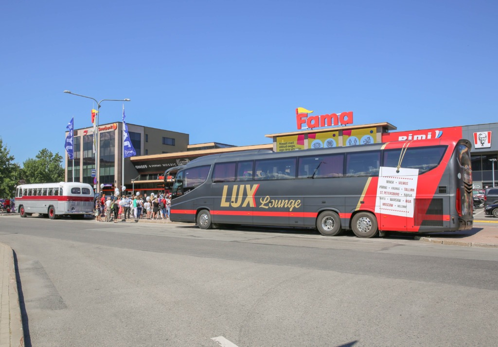 Lux express buss Narvas Fama keskuse ees