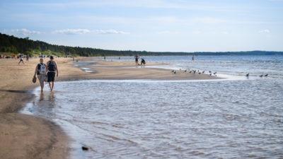 Narva-Jõesuu rannariba ja inimesed jalutamas