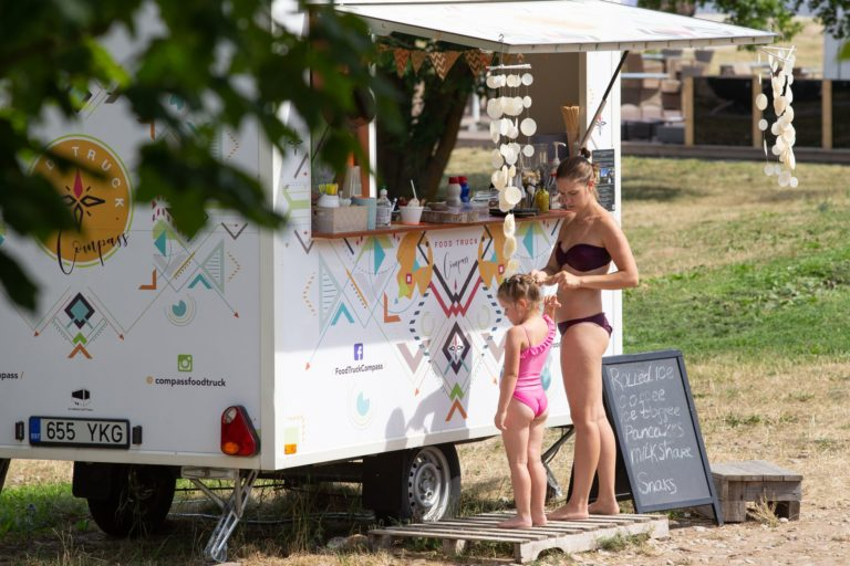 Toila rannas jäätisemüük